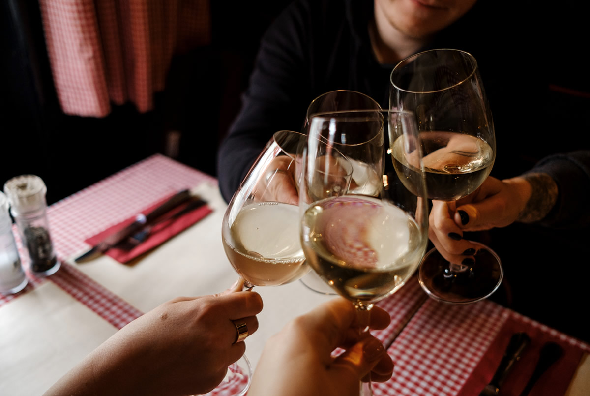 Cómo hacer una carta de vino para tu restaurante copas de vino