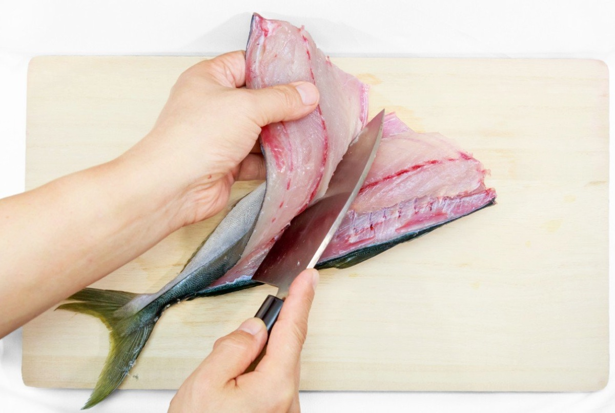 normativa anisakis restaurantes: limpiar pescado