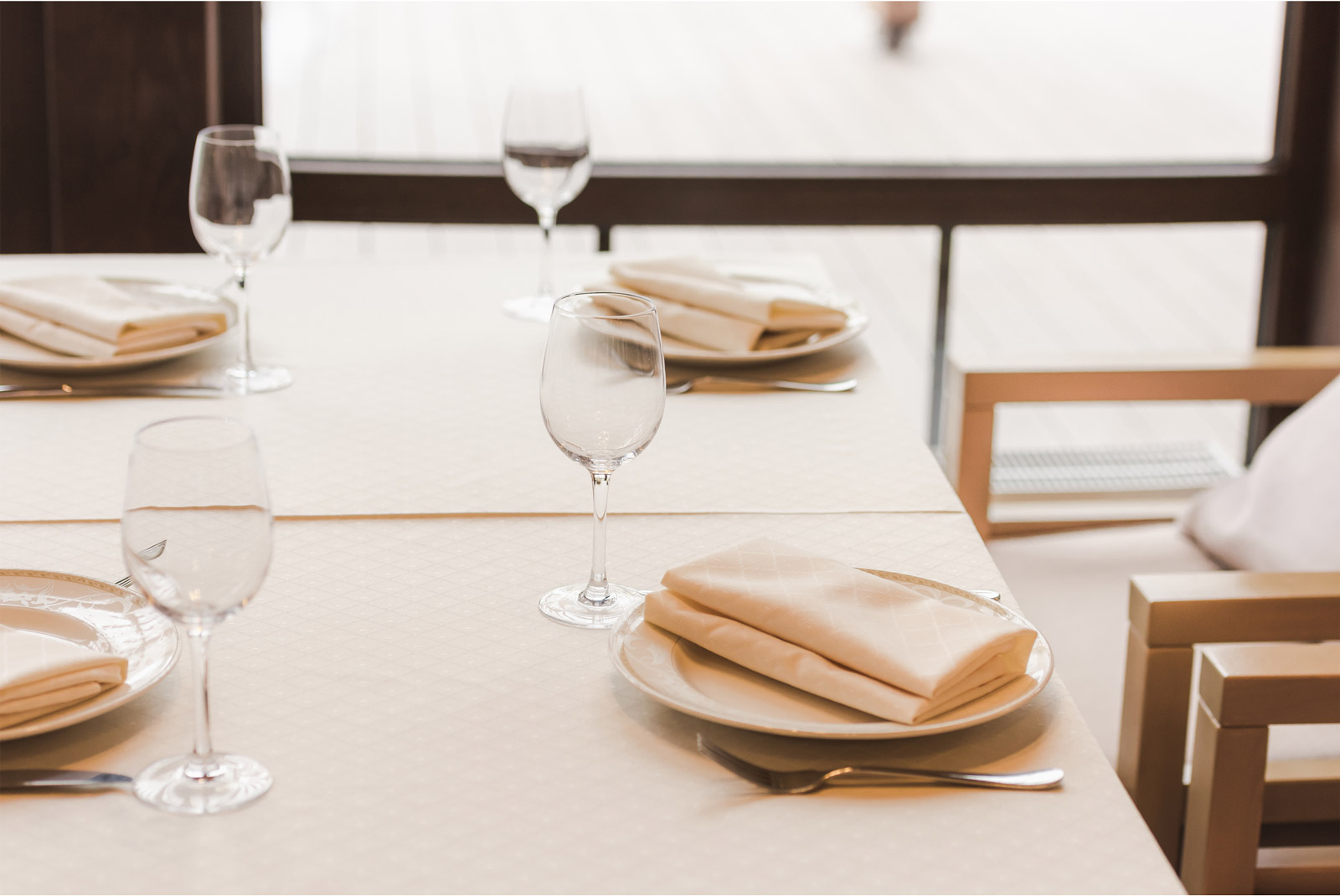 correcta colocación de los cubiertos en la mesa