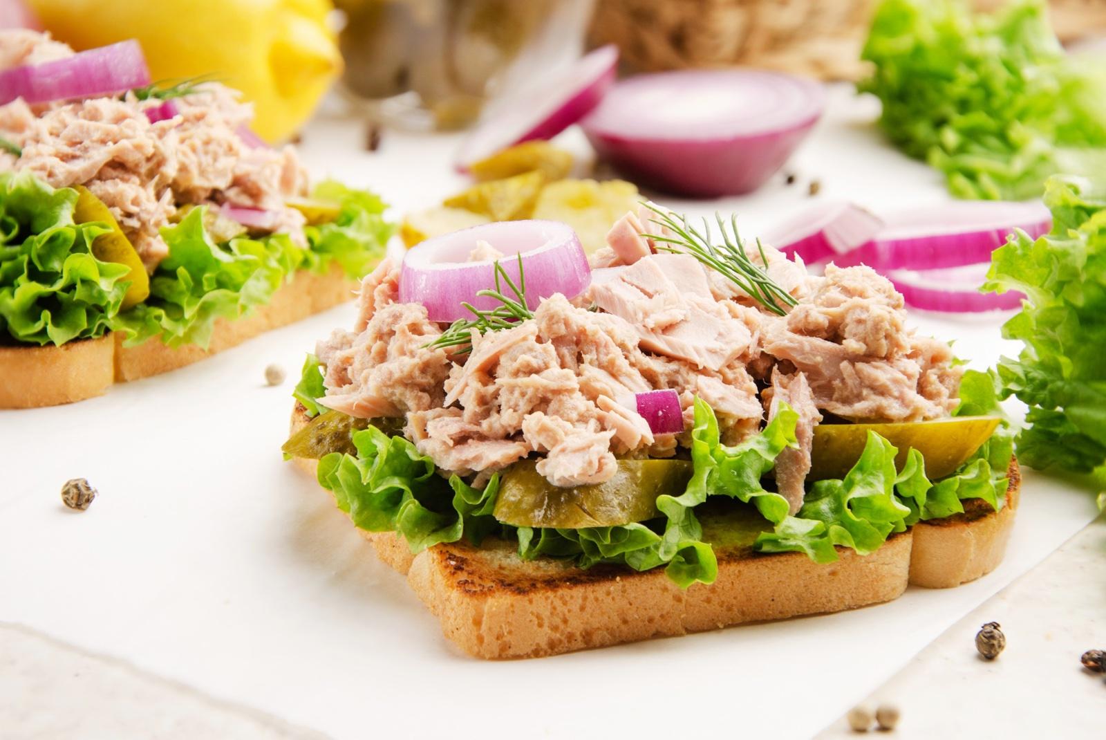 Sándwich de atún en ensalada