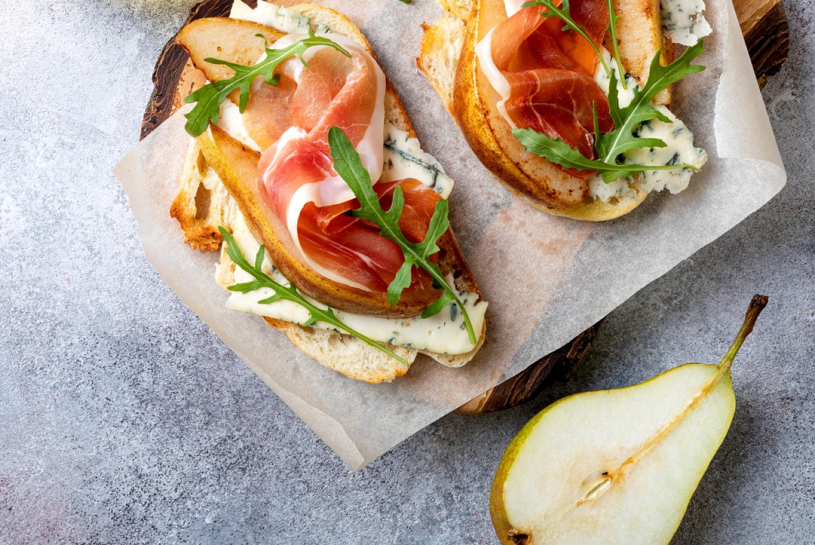 Sándwich de pera, gorgonzola y bacon